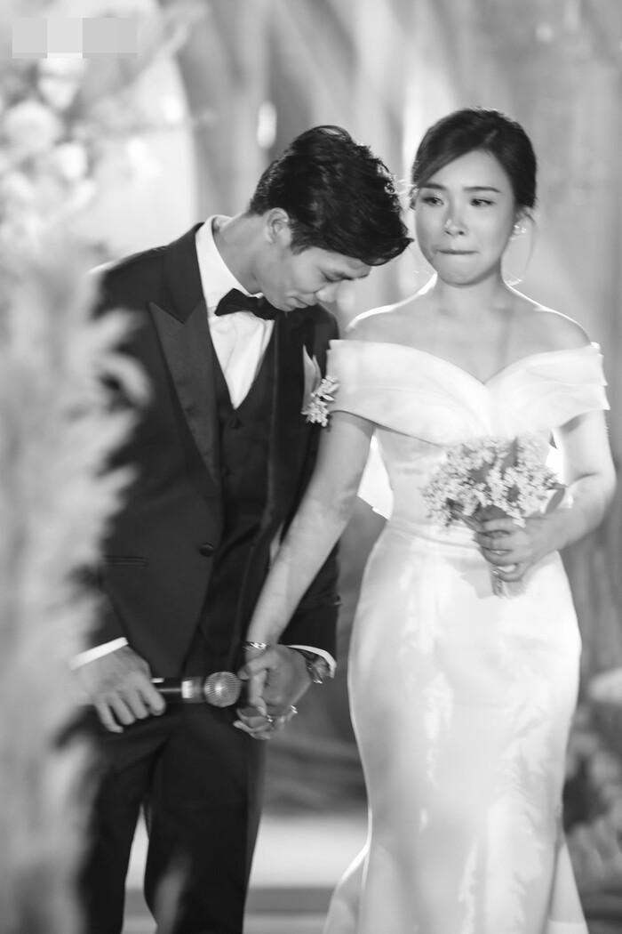 Khoảnh khắc xúc động trong lễ đính hôn, khi Công Phượng và Viên Minh cùng bật khóc, cặp đôi vẫn nắm chặt tay nhau.