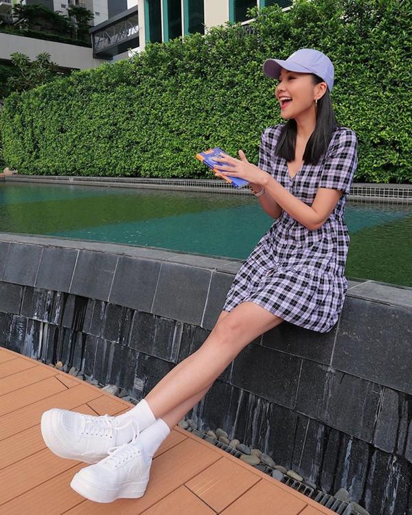 Đôi khi, chỉ cần diện váy kẻ ô và giày sneakers trắng như Thanh Hằng thôi là trông bạn đã sành điệu hết mực rồi.