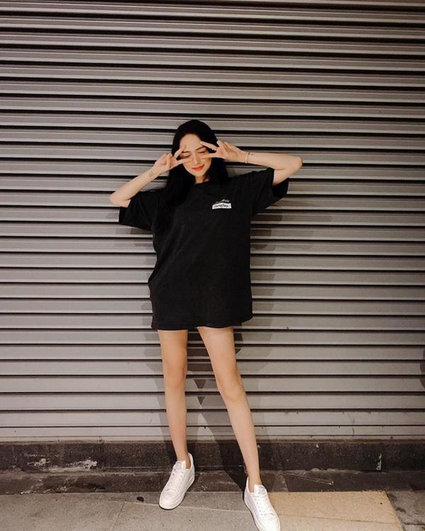 Diện trang phục theo style giấu quần với bộ đôi áo phông + jeans short,Hương Giang tôn khéo đôi chân thon dài. Set đồ trẻ trung thêm phần thoải mái năng động khi được nàng Hậu nhấn nhá đôi sneakers trắng với phom dáng cơ bản.