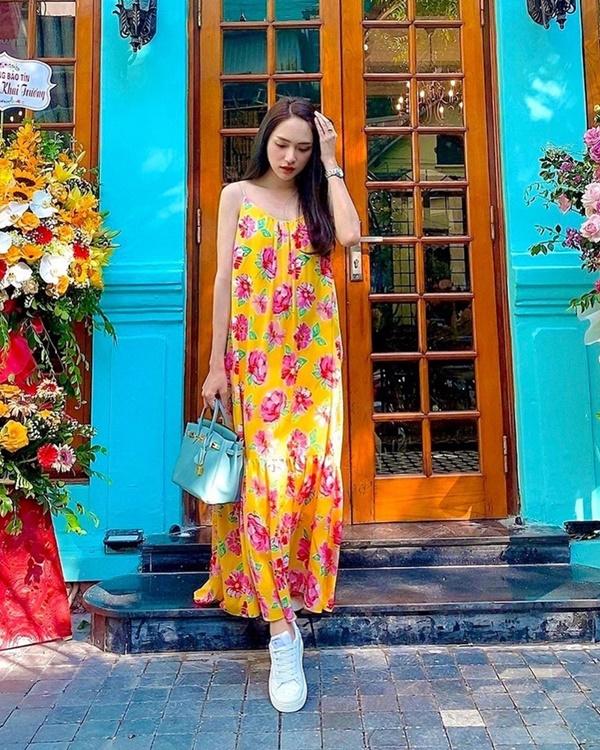 Dù diện váy hoa dáng dài, Hương Giang cũng không hề dừ đi chút nào bởi cô đã tô điểm thêm cho set đồ phụ kiện là đôi giày sneaker trắng và túi xách tay sành điệu.