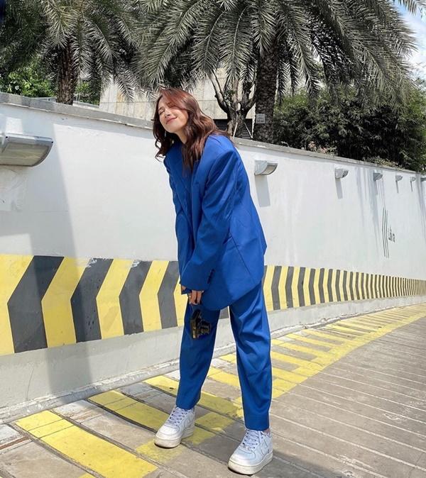 Lăng xê công thức matchy-matchy, Cara phối cả set đồ tông xanh biển thời thượng. Chọn bộ suit phom rộng, cô nàng mix với giày sneakers tạo vẻ năng động cá tính.