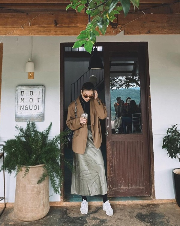 Thời tiết đã chuyển lạnh, và công thức áo cổ lọ, blazer mix cùng chân váy, chốt lại bằng một đôisneakers trắng như của Yến Nhi chính là ý tưởng tuyệt hay mà bạn có thể học hỏi, diện lên vừa nữ tính vừa năng động.