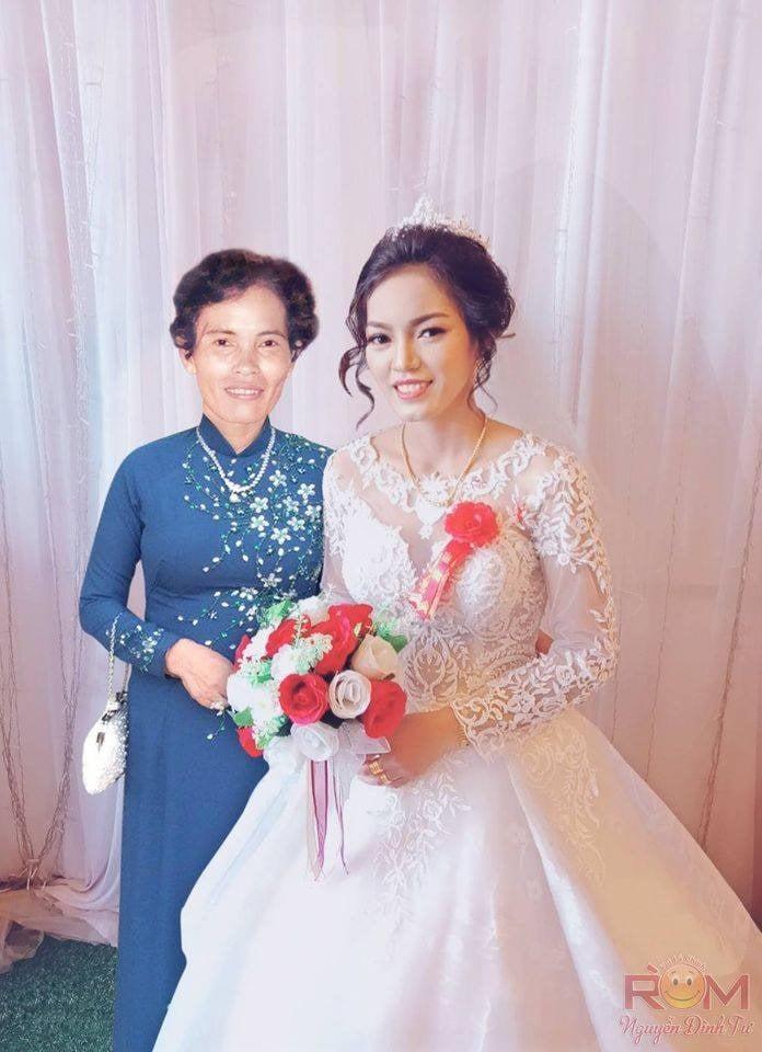 Hình ảnh của Đang trong ngày cưới được ghép đứng cạnh mẹ mình (Ảnh: Nguyễn Đình Tư)