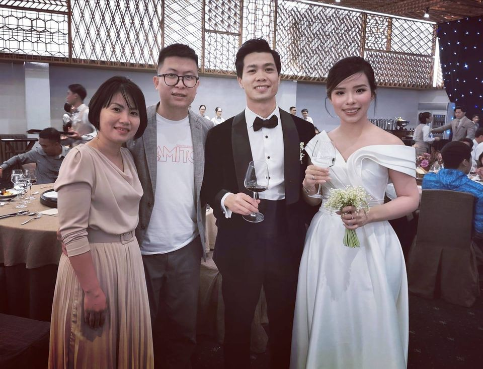 Chiếc váy cưới lệch vai được Viên Minh lựa chọn trong ngày cưới, trên tay cô dâu cầm bó hoa linh lan tưởng 'tí hon' nhưng cũng có giá hàng chục triệu.