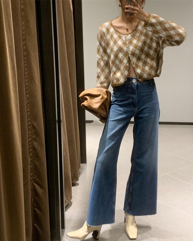 Áo len họa tiết lại giúp set đồ thêm trẻ trung, tươi sáng và vẻ ngoài của các nàng cũng trở nên nổi bật hơn hẳn.