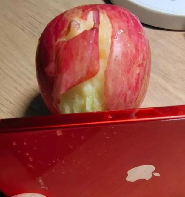 Nhiều người dùng trên khắp thế giới đều thử gọt táo bằng cạnh của iPhone 12.