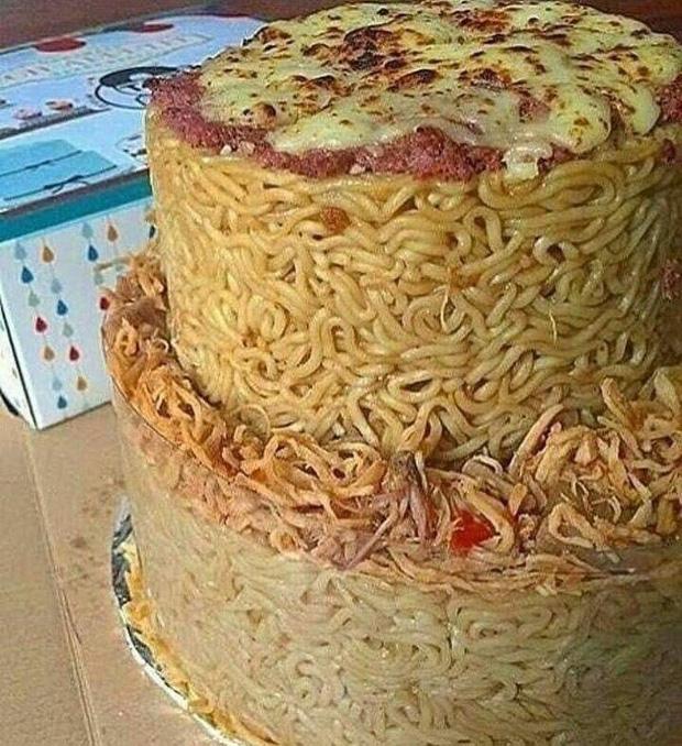 Chẳng cần đến sinh nhật cũng có thể ăn bánh gato nhờ những gói mì tôm giá rẻ.