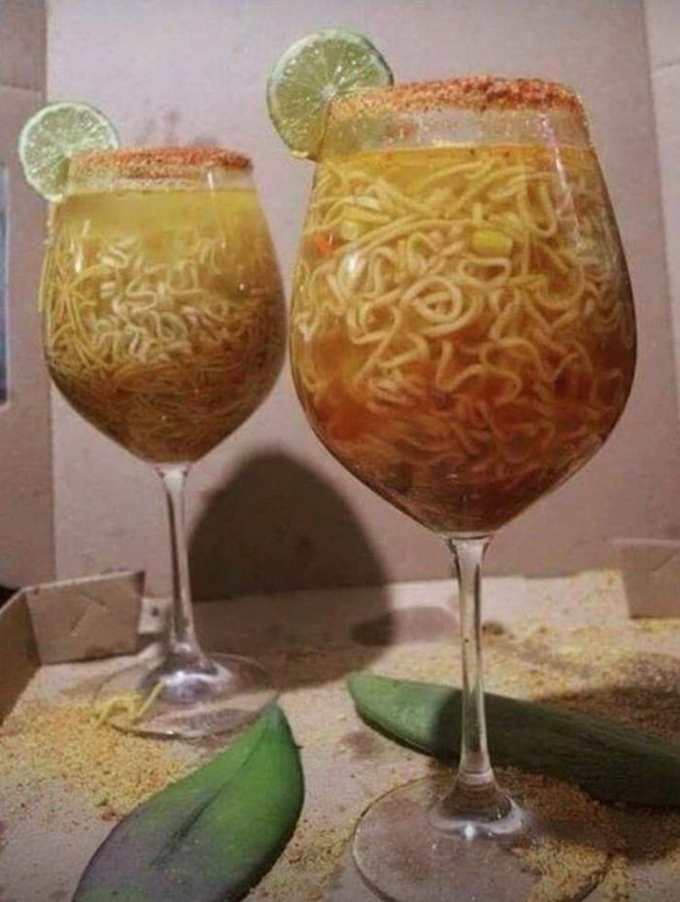 Chúng ta cũng có thể thử biến mì tôm thành một ly 'mì cocktail chanh' độc đáo như thế này.