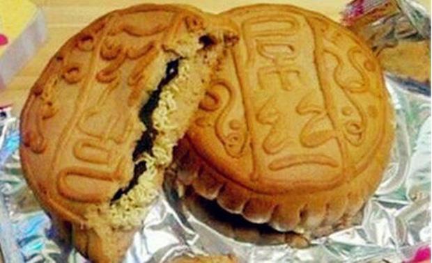 Nếu nhà vẫn còn thừa bánh trung thu chưa ăn hết thì cũng có thể thử làm 'bánh trung thu kẹp mì tôm' xem sao.
