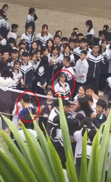Cô gái đứng yên chờ bạn trai.