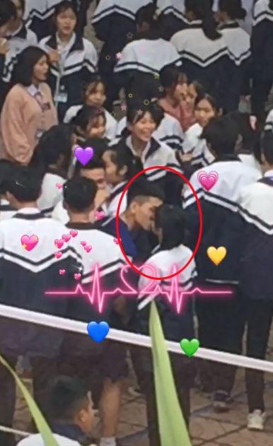 Sau khi nhìn thấy nhau, chàng trai đã 'khóa môi' bạn gái giữa sân trường.