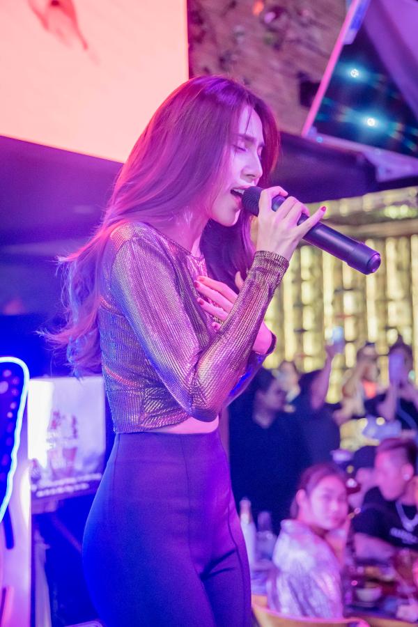 Thủy Tiên bất ngờ tái ngộ người hâm mộ, biểu diễn trong sự kiện thiện nguyện 'Hướng về miền Trung' 1