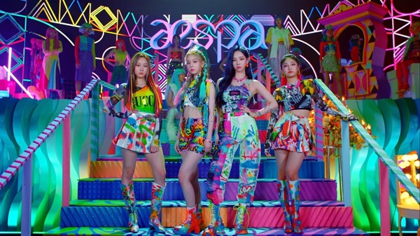 Mở đầu là 4 thành viên 'Aespa thật' cùng với hình ảnh nhân vật 'Aespa ảo' tương ứng trên sân khấu cùng với vẻ ngoài cực xinh đẹp. Đồng thời, outfit các cô gái mặc cũng vô cùng rực rỡ, mang tông màu neon sáng rực.