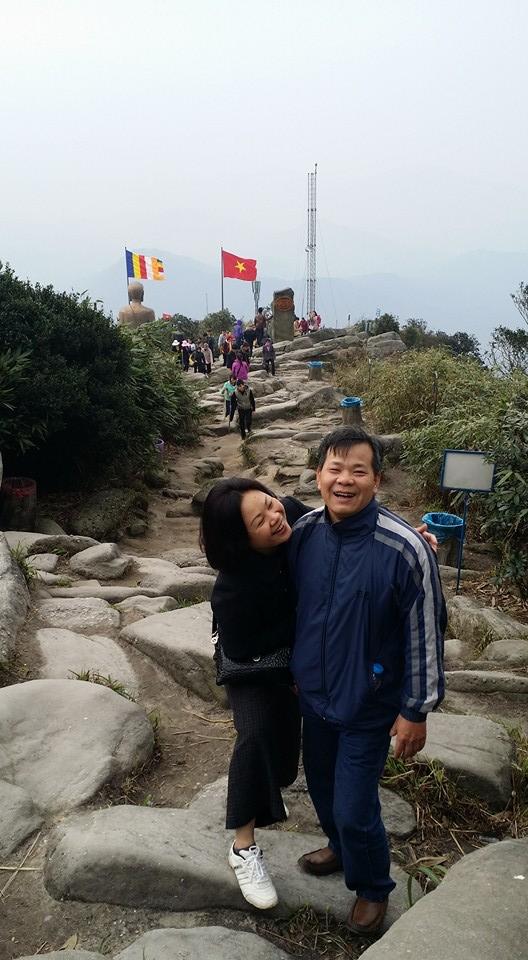 Phương Trang chia sẻ ảnh của bố mẹ mình. Bố cô tên đầy đủ là Nguyễn Tấn Trọng (57 tuổi) còn mẹ cô là Nguyễn Phương Tâm (51 tuổi).