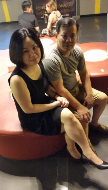 Bố mẹ cô còn thường đưa nhau đi xem phim.