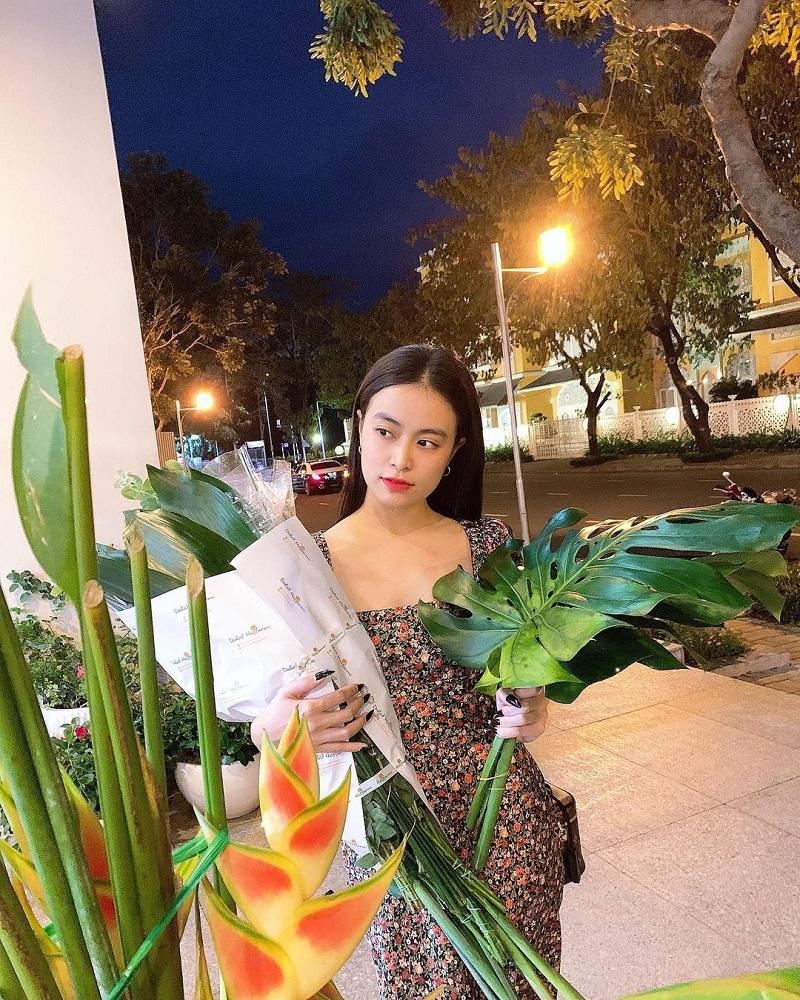 Người đẹp cũng không quên ''update'' dáng nail dài sắc nhọn ''đáng sợ'' rất được sao Việt ưa chuộng dạo gần đây sao cho thu hút và phù hợp hơn.