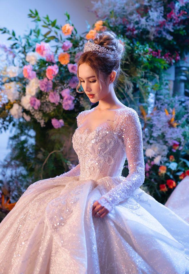 Xoài Non đã có một đám cưới đáng nhớ, chiếc váy cưới được tiết lộ có giá 28 tỷ đồng.