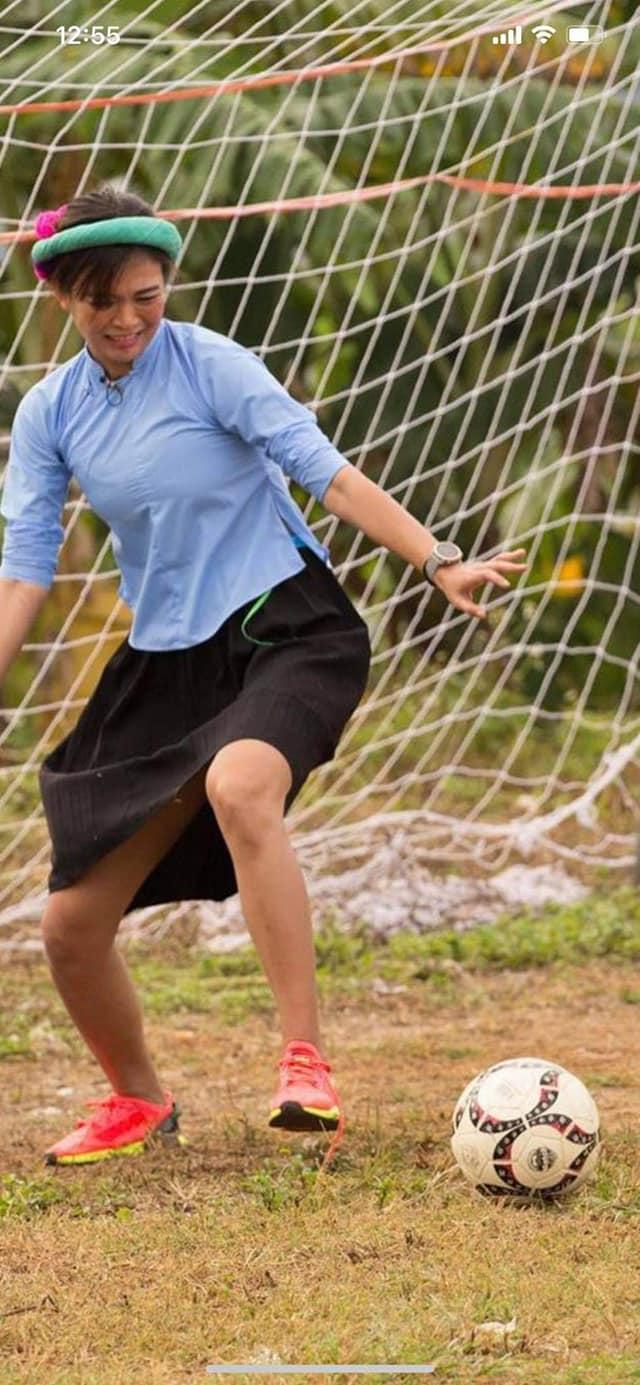 Cười ngất với hình ảnh các nàng hậu đi đá bóng: cầu thủ sút đầy đam mê, thủ môn giật mình vì bóng xuất hiện 5
