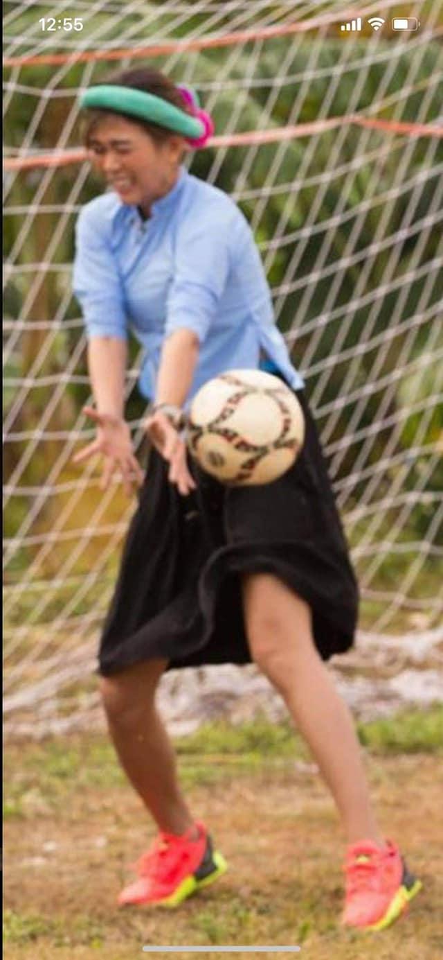 Cười ngất với hình ảnh các nàng hậu đi đá bóng: cầu thủ sút đầy đam mê, thủ môn giật mình vì bóng xuất hiện 6