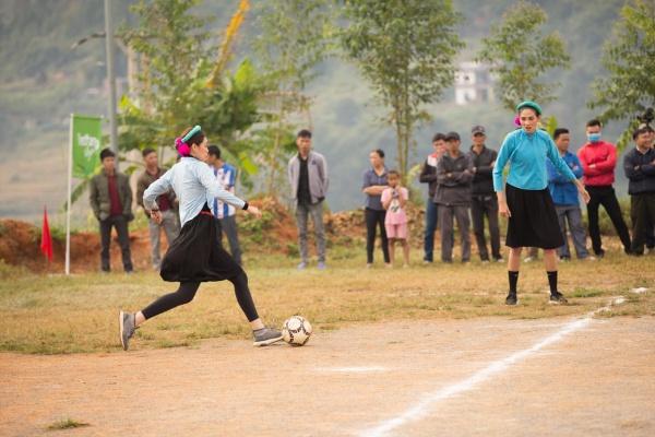 Cười ngất với hình ảnh các nàng hậu đi đá bóng: cầu thủ sút đầy đam mê, thủ môn giật mình vì bóng xuất hiện 2