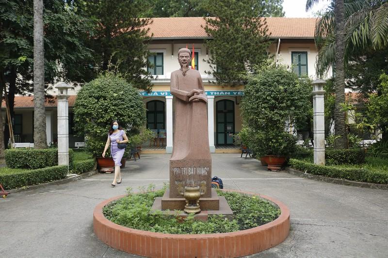 Tượng nhà bác học Lê Quý Đôn được dựng ngay cổng chính của trường.