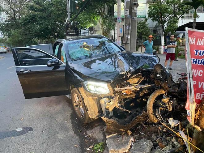 Hình ảnh xeGrabBike cháy nát sau khi bị chiếc Mercedes tông trực diện