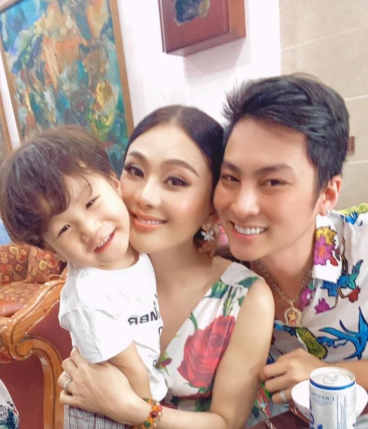 Lâm Khánh Chi cùng chồng và con trai