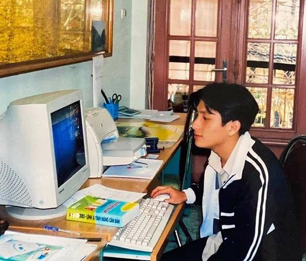 Nét đẹp 'Thanh xuân vườn trường' của thầyNguyễn Huy Khải, giảng viên tại Đại học Ngoại ngữ - Tin học TP.HCM (Huflit) khiến dân tình phát sốt.