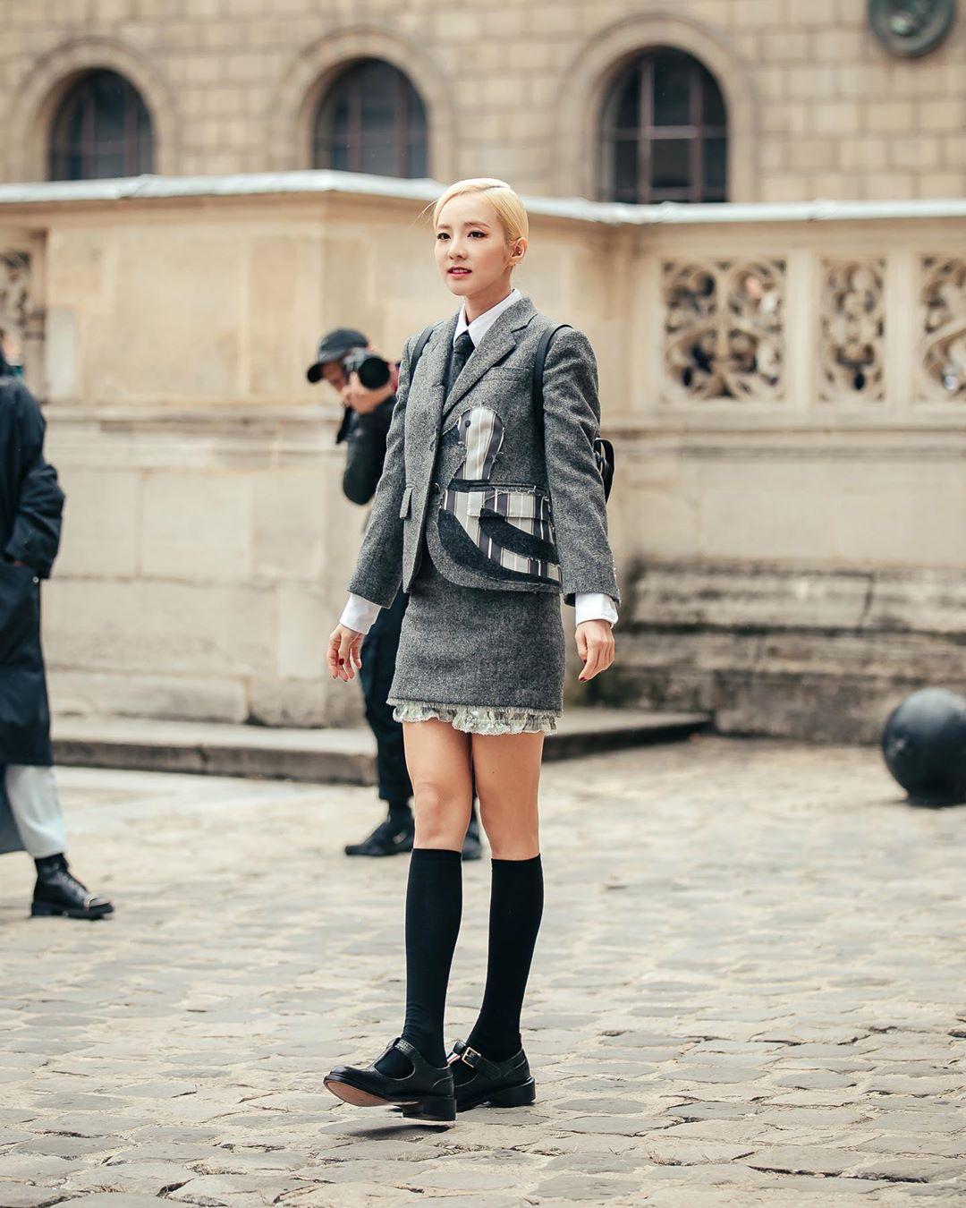Giày loafer đen cùng tất cao cổđậm chất học đường