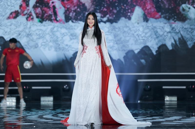 Hoa hậu Tiểu Vy trong chiếc áo dài lấy cảm hứng từ bóng đá Việt Nam, ý chỉ đến những sự kiện bóng đá quan trọng của thể thao nước nhà trong năm 2018.
