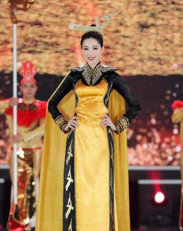 Hoa hậu Đặng Thu Thảo với trang phục áo dài lấy cảm hứng từ tín ngưỡng thờ cúng Hùng Vương.