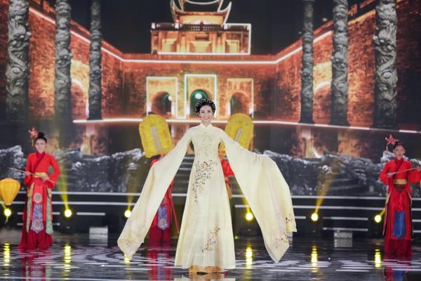 Hoa hậu Ngọc Hân là đưa nhóm đầu tiên bước ra