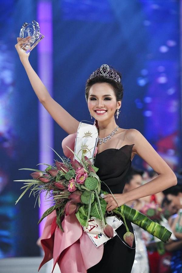 Nhìn Tiểu Vy trao vương miện lại cho tân Hoa hậu, Diễm Hương ngậm ngùi muốn tìm người kế nhiệm 2