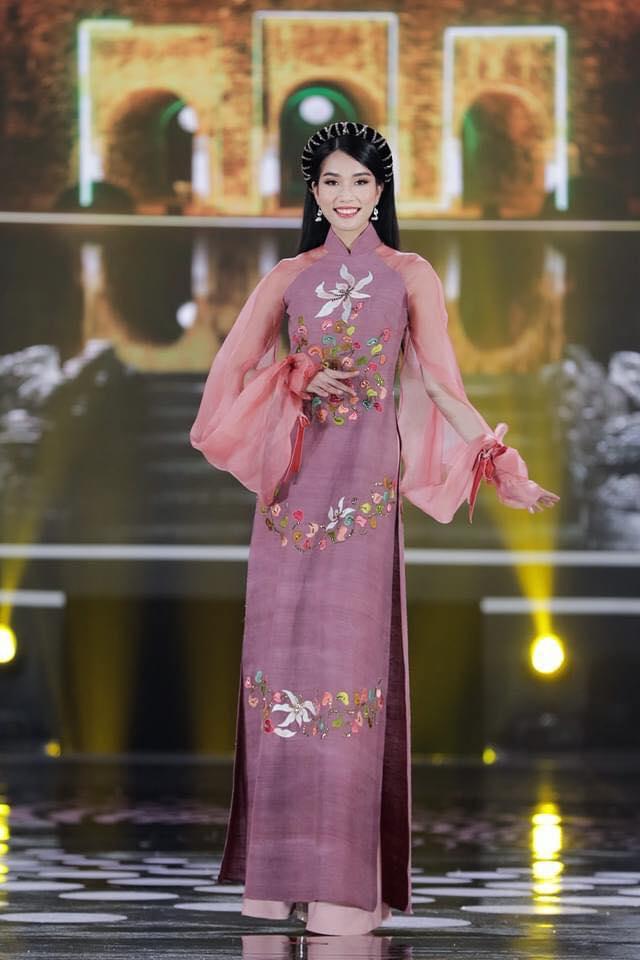 Nguyễn Lê Ngọc Thảo sở hữu vẻ đẹp sắc sảo. Đường nét gương mặt của cô được nhận xét hài hòa với sống mũi cao, mắt to.