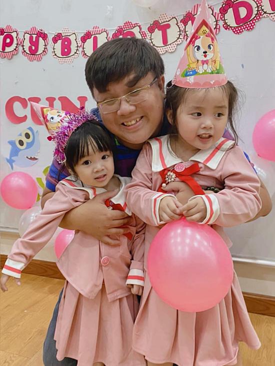Nghệ sĩ hàiGia Bảo cũng có mặt với hai cháu gái cưng.