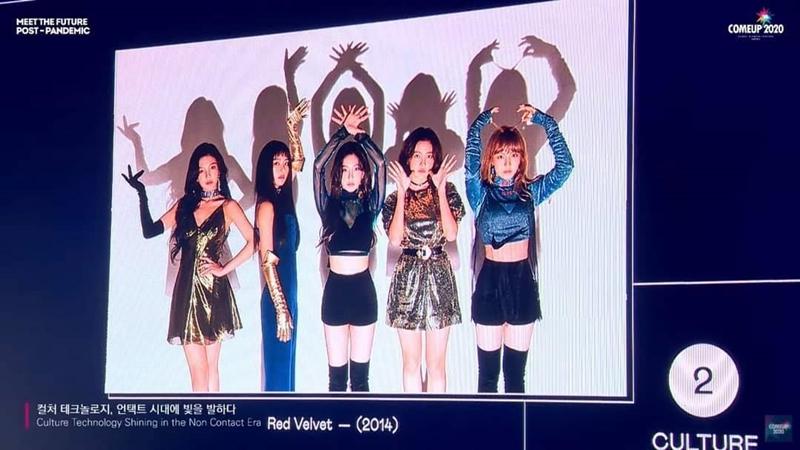 Hình ảnh Red Velvet với đầy đủ 5 thành viên được chiếu lên màn hình tại sự kiện.