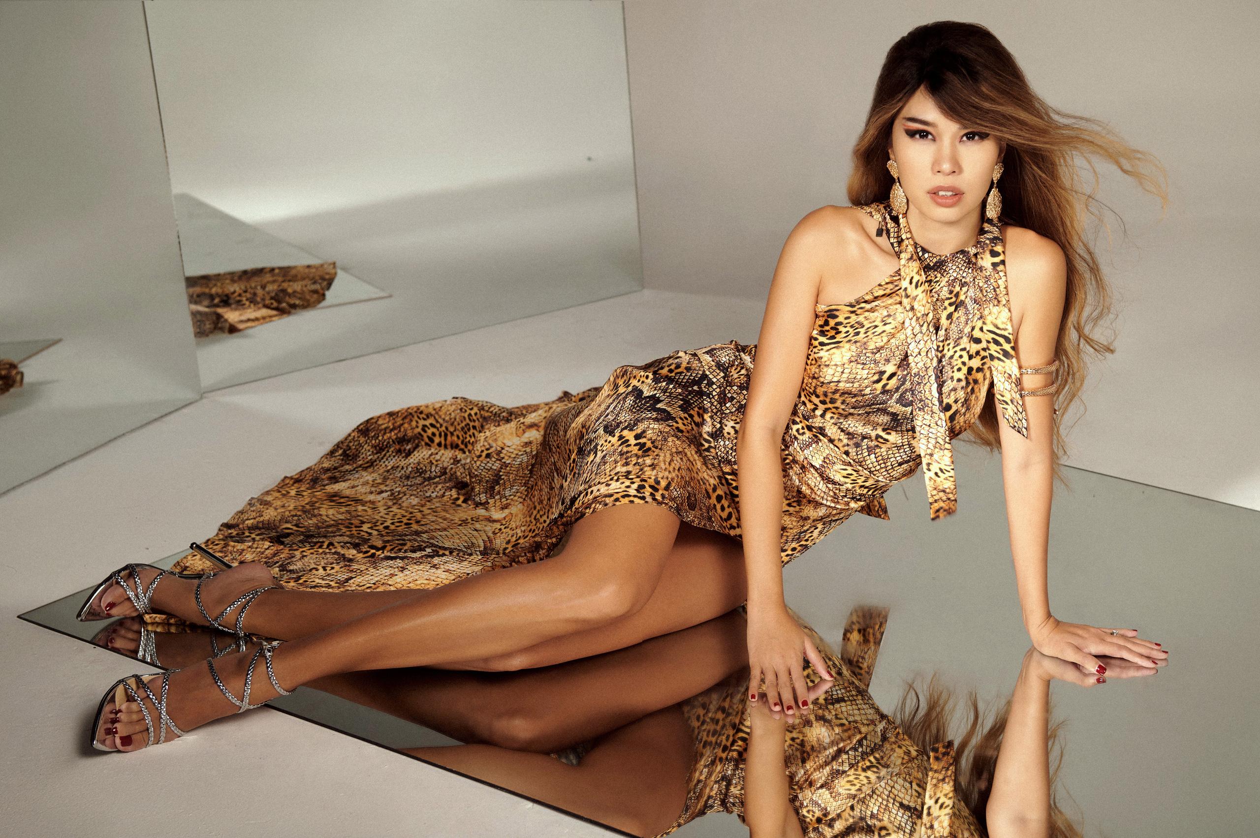 Dù đã làm vợ, làm mẹ nhưng cô vẫn khiến nhiều thế hệ model đàn em ngưỡng mộ về hình thể, phong cách trình diễn và lối sống. Đặc biệt, trong bộ ảnh thời trang mới, một lần nữa Hà Anh khẳng định vị trí 'không thể thay thế' của mình với loạt trang phục hở đến 'thót tim' của NTK Katy Nguyễn.