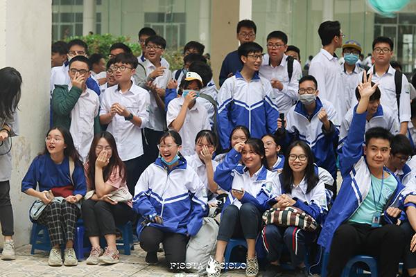 Các bạn học sinh háo hức trước khi cuộc thi diễn ra