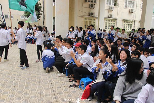 Còn các bạn học sinh thì cổ vũ nhiệt tình.