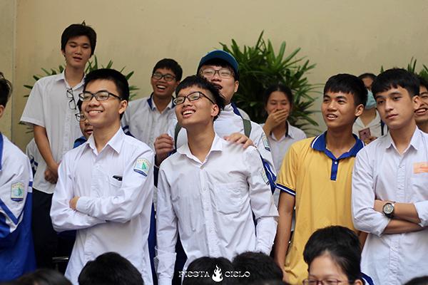 Các bạn học sinh vừa hồi hộp vừa thích thú theo dõi trò chơi của thầy cô.