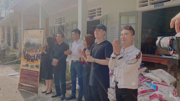 Long Nhật cùng NSND Trần Nhượng, ca sĩ Khánh Phươngđã về với bà con xã Quảng Lợi, Huyện Quảng Điền, Tỉnh Thừa Thiên Huế.