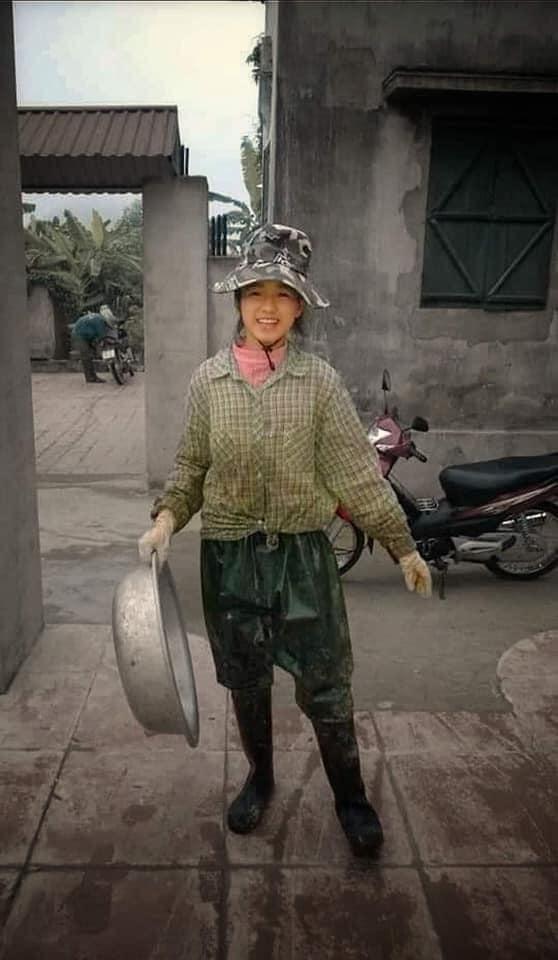 Hình ảnh Hoa hậu Việt Nam 2020 Đỗ Thị Hà mặc trang phục lao động, đi ủng cao su được chia sẻ trên mạng xã hội khiến khán giả thích thú.