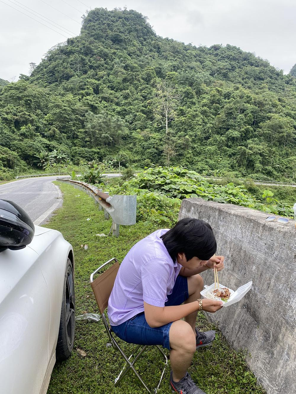 Hình ảnh Khoa Pug ngồi ăn bên đường