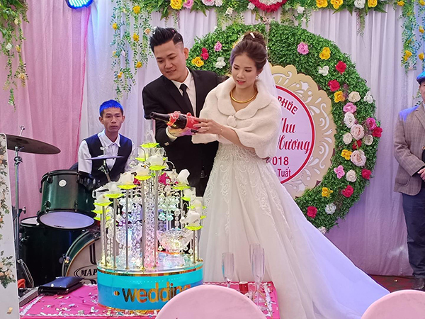 Chú rể Duy Tiến và cô dâu Thu Hương trong đám cưới.