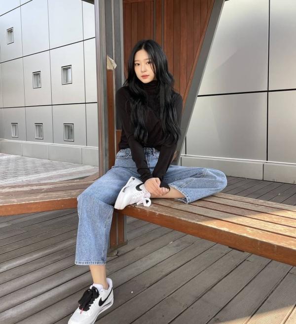 Áo len cổ lọ là items không thể thiếu trong street style thu đông, với kiểu áo này thì bạn cứ áp dụng với các kiểu quần jeans là tự tin xuống phố.