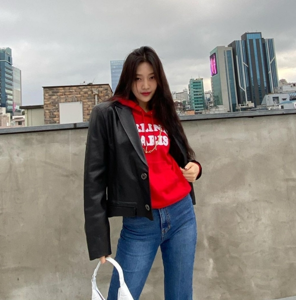 Áo hoodie với tông đỏ nổi bật mix cùng quần skinny jeans như Joy là công thức 'hot hit' khó đánh bại, nhưng cô nàng đã nhấn nhá thêm sự bụi bặm với jacket da, tạo nên set đồ siêu cá tính.