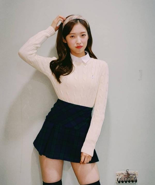 Mix áo blouse với sweater len sơ vin trong chân váy chữ A như Arin, bạn sẽ có set đồ trong veo, hợp diện trong mọi trường hợp.