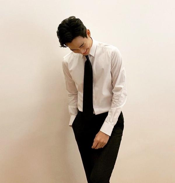 Sơ mi trắng, cà vạt và quần tây đen không màu mè như Kim Soo Hyun luôn là hình mẫu 'soái ca' được phái đẹp yêu thích.
