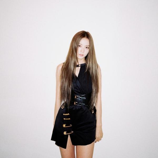 Diện mẫu váy của Versace, Jisoo mix thêm phụ kiện thắt lưng bản to để phần eo thon gọn hơn. Chiếc thắt lưng được chọn đồng màu đen để 'hack chân'.