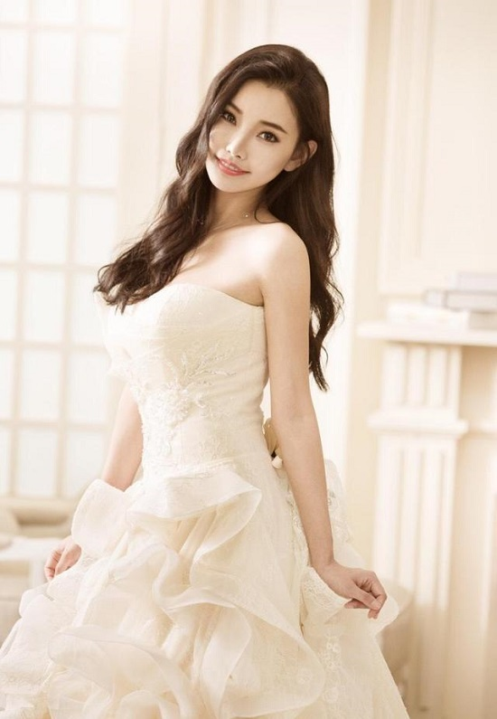 Đồng Phi, nữ diễn viên xinh đẹp gắn liền với những bộ phim của đạo diễn Vương Tinh.